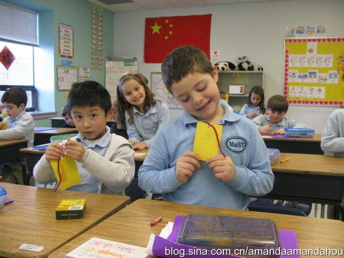 """[转载]教外国小孩子制作年年有""""鱼""""小书签"""
