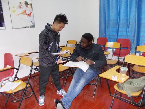 教英国人学中文